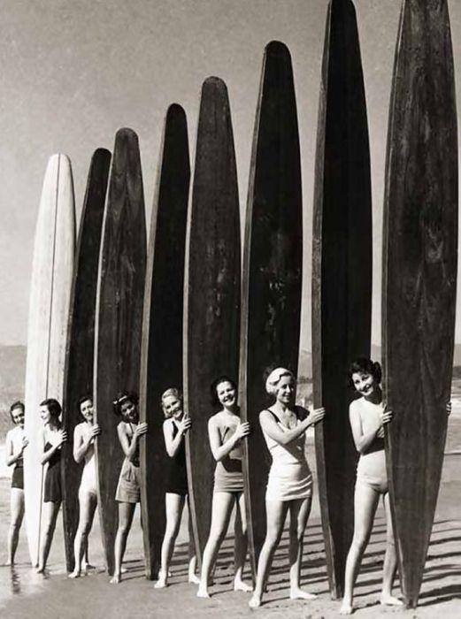 Девушки с большими досками для серфинга в начале XX века.