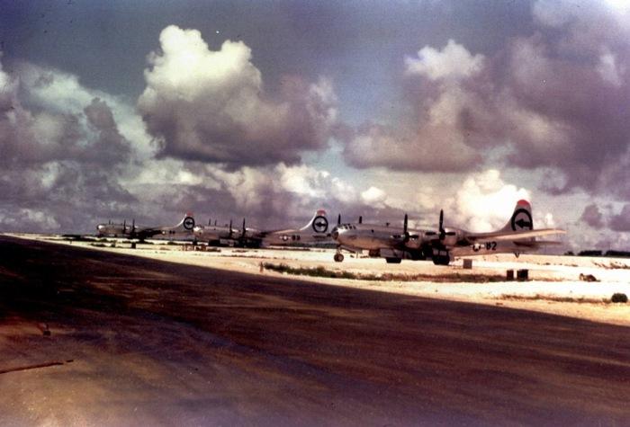 Бомбардировщики В-29 «Энола Гэй» и «Грейт Артист» на аэродроме в Тиниане за несколько дней до атомной бомбардировки Хиросимы.