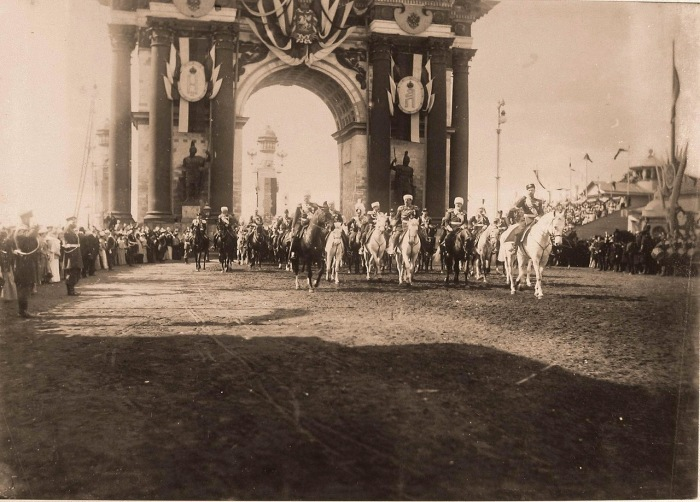 Император Николай II, слева - великий князь Владимир Александрович, в центре - министр императорского Двора и уделов Воронцов-Дашков.