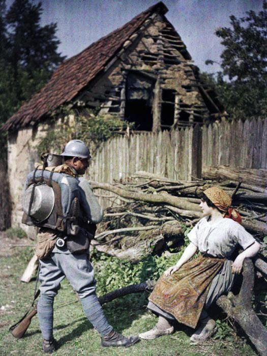 Французский солдат общается с местной жительницей в 1917 году.