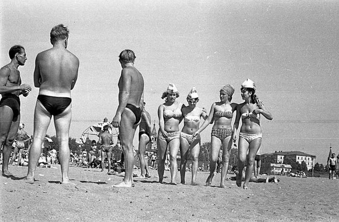 Девушки на пляже в Павловской роще. СССР, Ярославль, 1970-е годы.
