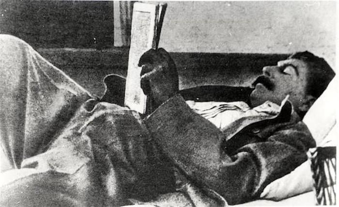 Сталин читал много и разносторонне - от художественной литературы до научно-популярной.