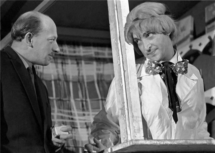 Михаил Козаков в роли заведующего буфетом Евгения Кисточкина и Евгений Евстигнеев в роли профессора Аброскина. 2 июня 1965 года.