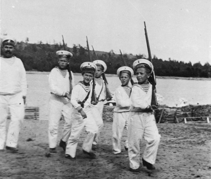 Цесаревич Алексей играет с детьми, одетыми в форму моряков.