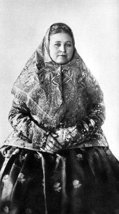 Женщина в нижегородском праздничном костюме, 1900-е годы.