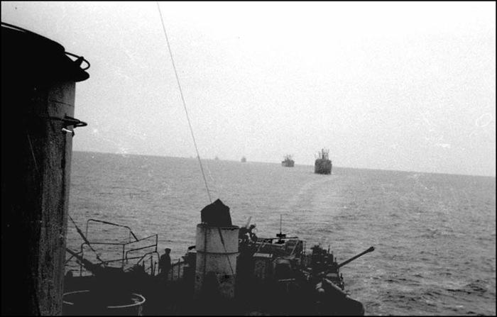 Советские транспортеры под эскортом боевых кораблей идут к берегам Японии, 19 сентября 1945 года.