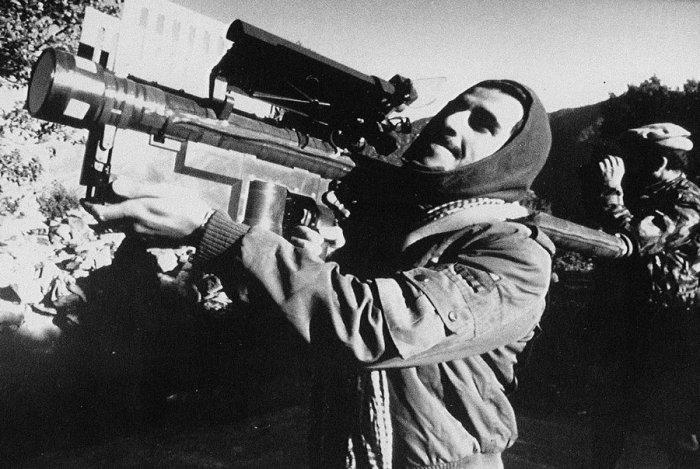 Афганский партизан с американским переносным зенитно-ракетным комплексом Стингер в 1987 году.