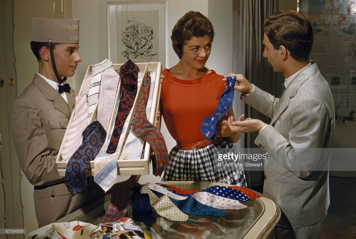 Продавец показывает коллекцию шёлковых галстуков. Италия, Рим, 1957 год.