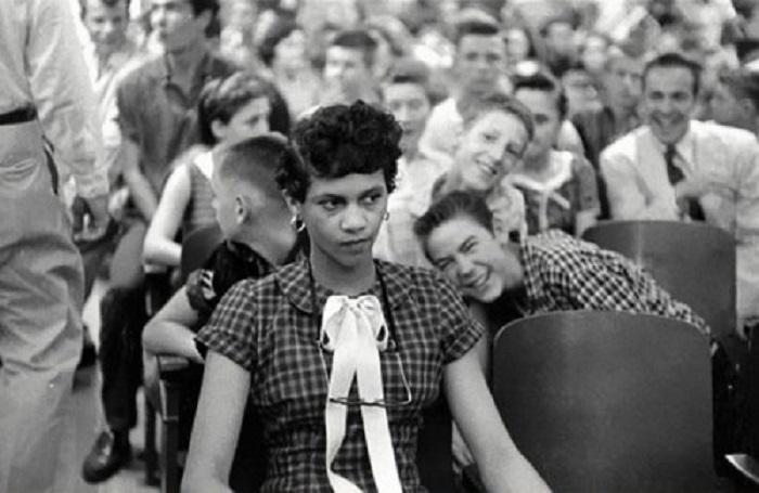 Первая в США темнокожая девушка, которая пошла в белую школу. США, Charlotte's Harry Harding High School, 1957 год.