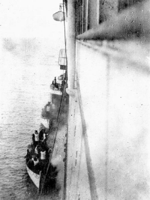 Спасшиеся пассажиры Титаника поднимаются на борт Карпатии в 1912 году.