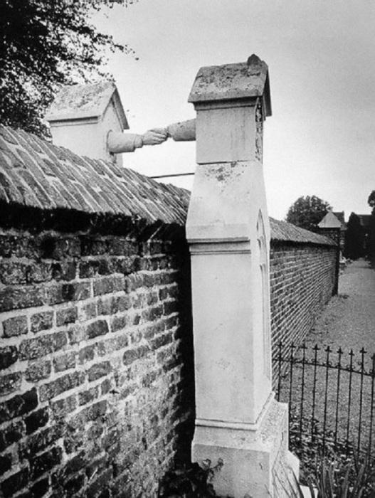 Могилы женщины-католички и её мужа-протестанта, разделённые высоким каменным забором. Голландия, 1888 год.