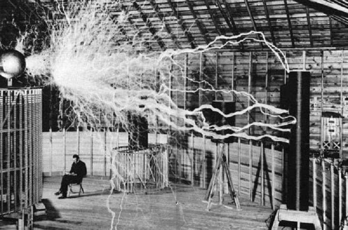 Никола Тесла в своей лаборатории проводит испытание самой большой и мощной катушки Тесла.