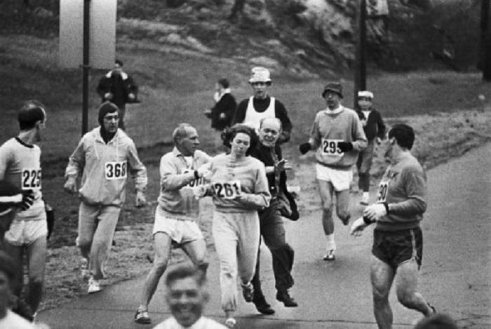 Организаторы марафона пытаются отстранить Кэтрин Свитцер от дальнейшего участия в Бостонском марафоне, который проходил в 1967 году.
