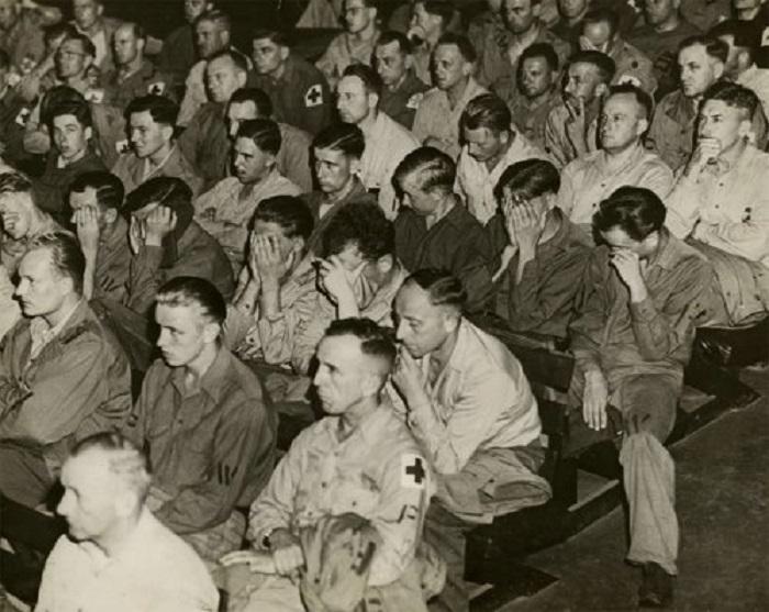 Немецкие солдаты смотрят фильм о концентрационных лагерях.