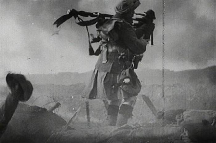 Шотландский волынщик в килте на поле боя во время Первой мировой войны.