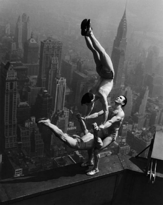 Опасный акробатический номер на вершине Эмпайр-стейт-билдинг.