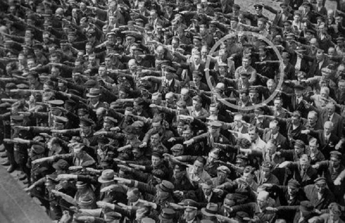 Единственный человек среди толпы, который отказался делать нацистское приветствие в 1936 году.