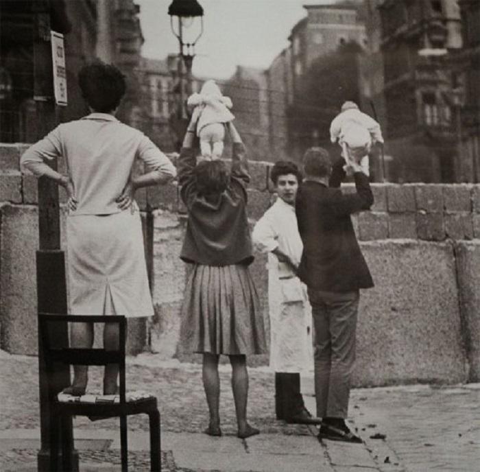Жители Западного Берлина показывают своих детей бабушкам и дедушкам, которые проживают на территории Восточного Берлина. Германия, Берлин, 1961 год.