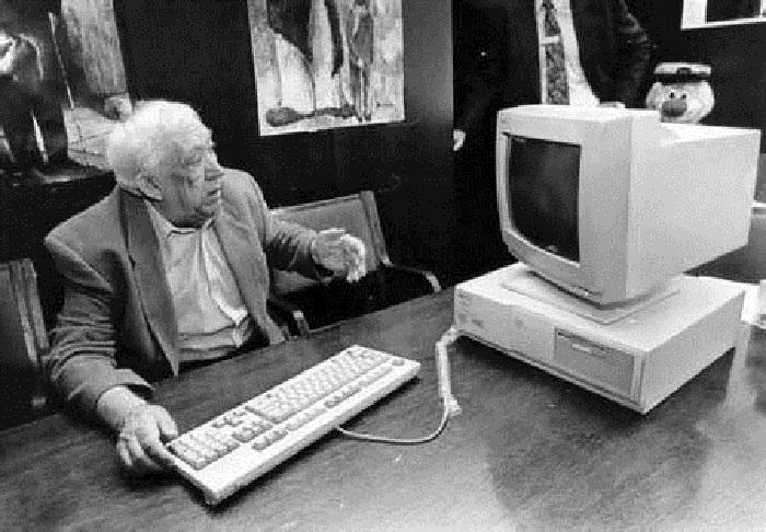 Юрий Никулин с персональным компьютером в 1990-е годы.
