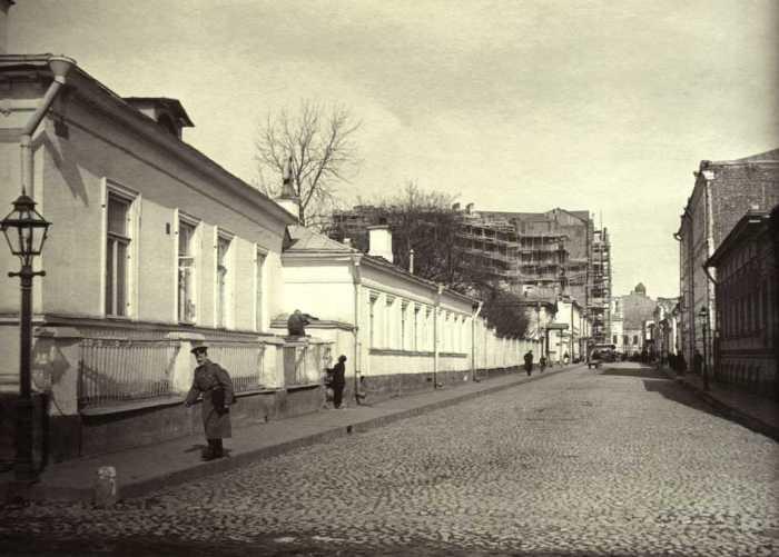 Вид Калошина переулка в Москве в воскресенье 7 апреля 1913 года. Фото: «Э.Готье-Дюфайе».