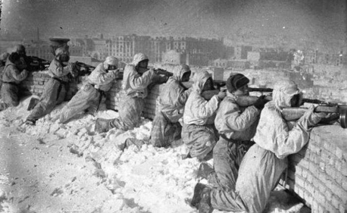 Советские автоматчики на одной из крыш Сталинграда, зима 1943 года.