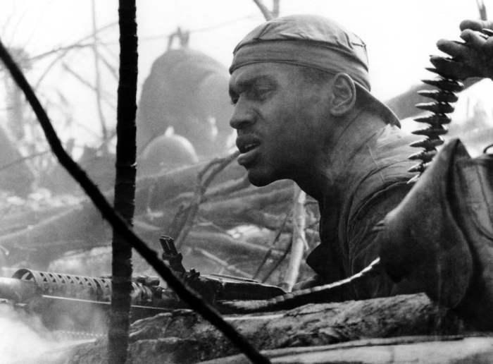 Лицо американского морпеха, который ведет огонь из пулемета М60 во время одного из боев к югу от демилитаризованной зоны между Севером и Югом Вьетнама, 10 октября 1966 года.