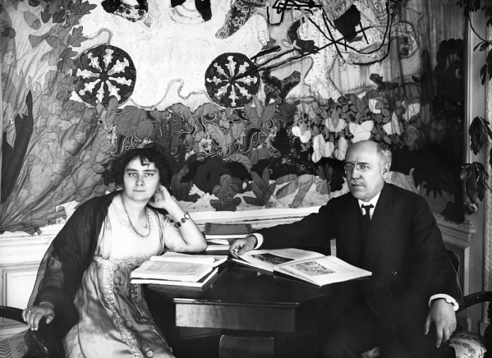 Фёдор Сологуб и Анастасия Чеботаревская у себя дома в 1910-е годы.