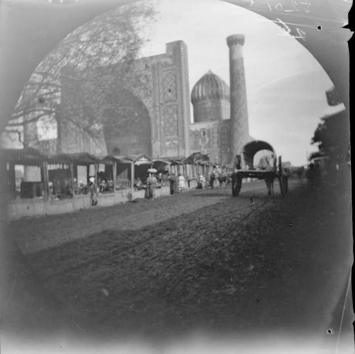 Медресе Шердор и торговые палатки вдоль дороги в Самарканде.