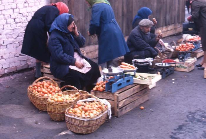 Пожилые люди, торгующие овощами на рынке. СССР, Новосибирск, 1969 год.