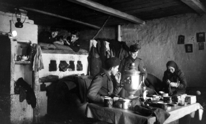 Немецкие солдаты в оккупированном селе в доме местной жительницы. СССР, Украина, 1941 год.