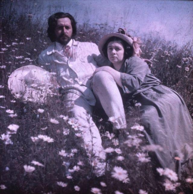 Леонид и Анна Андреева в саду своего дома.