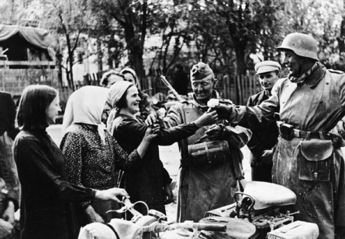 В литовской деревне, в которой немцев встречают как освободителей.