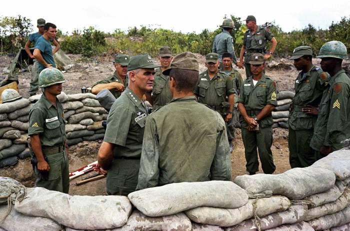 Генерал Уильям Уэстморленд во время посещения позиций первого батальона 16-го полка 2-й бригады первой дивизии США вблизи Бьен Хоа в 1965 году.