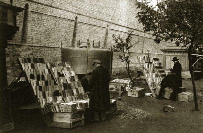 Торговля книгами у кремлевских стен.
