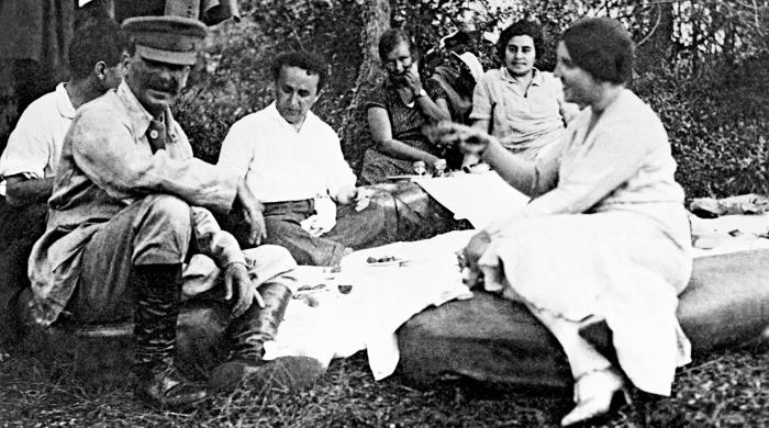 Сталин с женой Надеждой Аллилуевой на пикнике в лесу с друзьями.