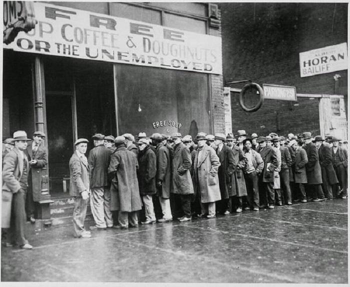 Очередь за бесплатным супом от главаря чикагской мафии Аль Капоне. Чикаго, 1931 год.