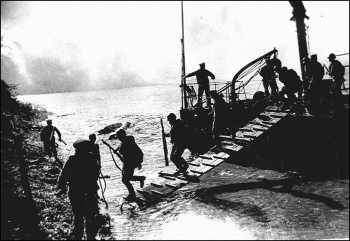 Высадка советского десанта на берег Маньчжурии. 1945 г.