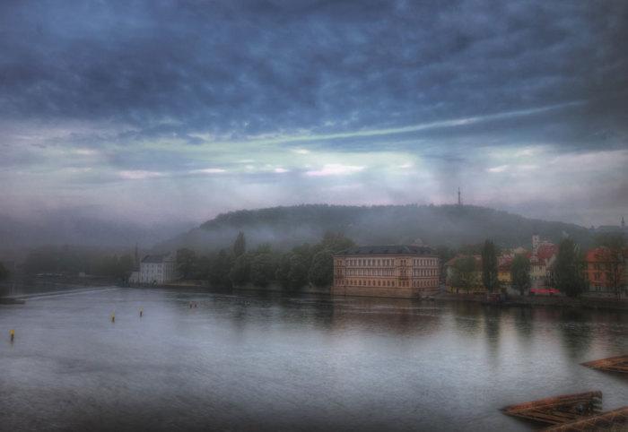Петршинский холм и река Влтава в тумане.