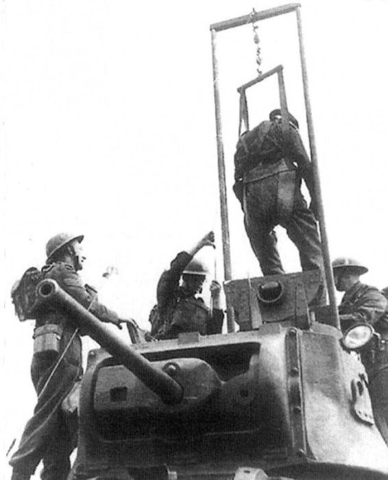 Британские солдаты испытывают специальный кран для извлечения раненых танкистов. Устройство смонтировано на башне пехотного танка Mk.II «Матильда II».