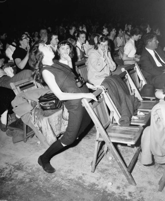 Зрители на концерте Элвиса Пресли. США, Филадельфия, 1957 год.