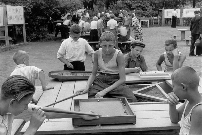 Дети, играют в настольные игры, которые пользовались в СССР особой популярностью. СССР, Москва, 1954 год.