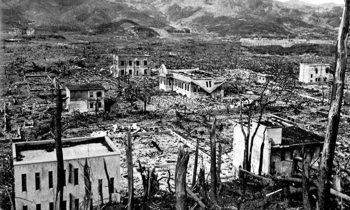 Лежащий в руинах Нагасаки после атомной бомбардировки.