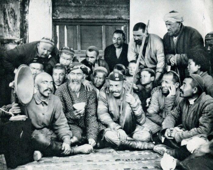 Узбеки слушают радиопередачу в Красной чайхане. Узбекистан, 1931 год.