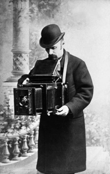 Карл Карлович Булла оставил после себя 230 тысяч негативов фотографий эпохи конца XIX — начала XX века и стал родоначальником отечественной журналистики