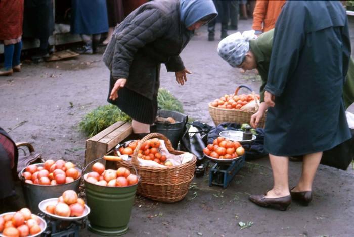 Женщина, продающая помидоры на уличном рынке. СССР, Новосибирск, 1969 год.
