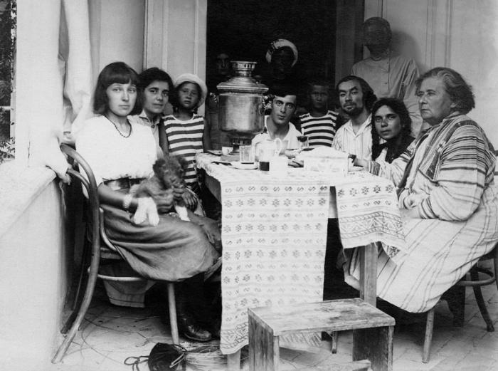 Марина Цветаева и Сергей Эфрон за чайным столом в доме Максимилиана Волошина. Коктебель, 1910–е годы.