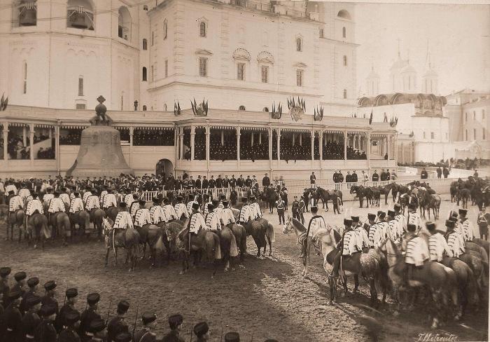 Лейб-гвардии Гусарский полк у Царь-колокола на Ивановской площади Кремля.