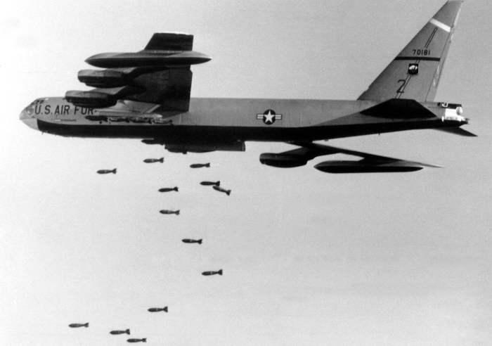 Американский стратегический бомбардировщик B-52 сбрасывает бомбы на позиции войск Северного Вьетнама в 56 км к северо-западу от Сайгона, 2 ноября 1965 года.