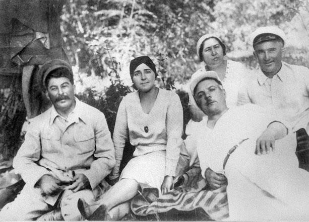 Сталин с женой Надеждой Аллилуевой и Ворошилов с женой Екатериной на юге, 1932 год.