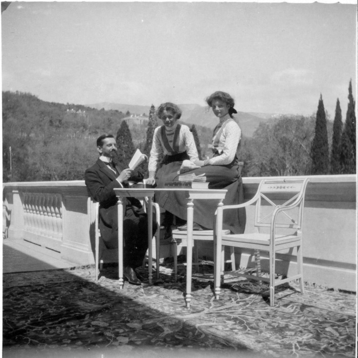 Преподаватель французского Пьер Жильяр с ученицами Ольгой и Татьяной Романовыми.